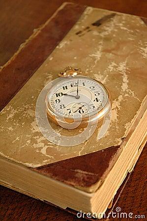 Vieux livre avec la montre de poche