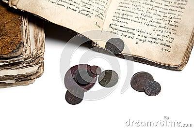 Vieux livre et pièces de monnaie