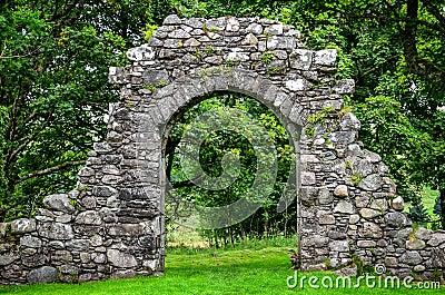Vieux mur en pierre d 39 entr e dans le jardin vert photo for Mur en pierre jardin