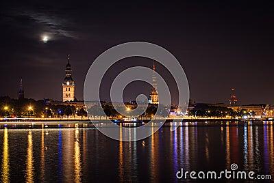 Vieux Riga pendant la nuit.