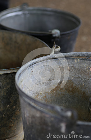 Vieux seaux de vintage en métal de bidon