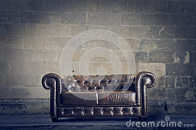 Vieux sofa en cuir