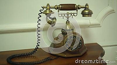 Vieux téléphone sur la table de chevet dans une chambre clips vidéos