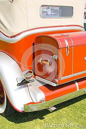 Vieux véhicule rouge arrière