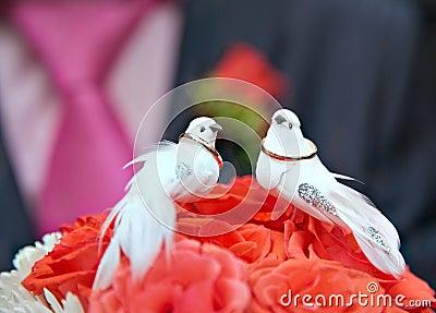 Vigselringar med bröllopbuketten