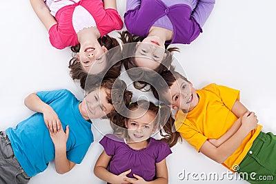 Vijf gelukkige jonge geitjes op de vloer