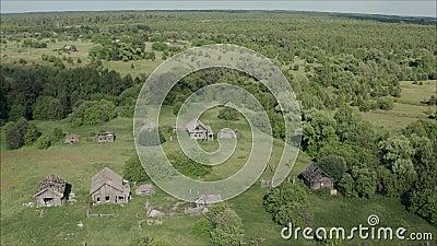Vila abandonada velha em R?ssia Vila abandonada em R?ssia A vila velha é destruída Vila abandonada velha dentro video estoque