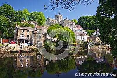 Vila no banco de rio em Knaresborough, Reino Unido