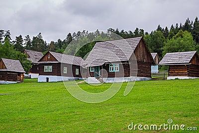 Vila tradicional com as casas de madeira em Eslováquia