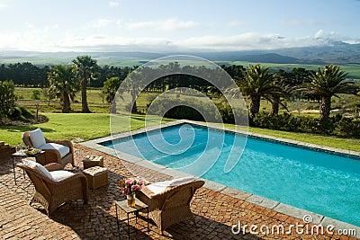 Villa di lusso di estate con la piscina immagini stock for Immagini di giardini con piscina
