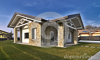 Villa moderna con le pareti di pietra immagini stock for Casa in pietra moderna