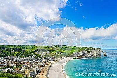 Villaggio di Etretat, spiaggia, scogliera. La Normandia, Francia.