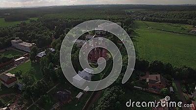 Villaggio di Lukino del Russo con il monastero santo e la cattedrale trasversali di ascensione, aerei archivi video