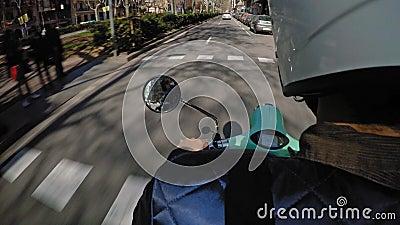 Ville l'explorant sur le scooter électrique loué banque de vidéos