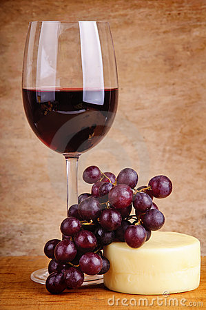 Vin rouge, raisins et fromage