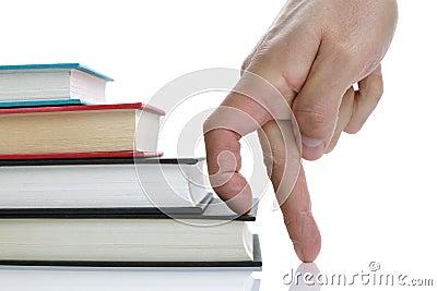 Vingers die de trap van het boek met harde kaftboek beklimmen