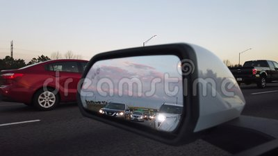 Vingspegel av en bil som på flyttar huvudvägen stock video