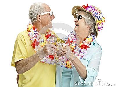 Vinho bebendo dos pares sênior alegres em férias
