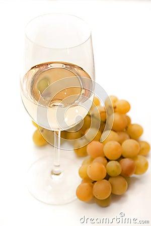 Vinho branco e uvas