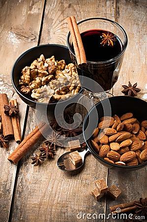 Vinho, especiarias e porcas ferventados com especiarias quentes