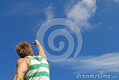 Vinnaren. Den sportiga grabben med hans arm lyftte i glädje.