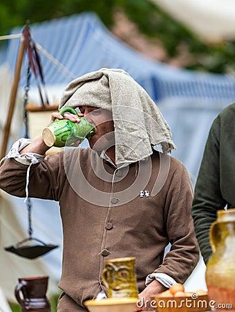 Vino bevente dell uomo medioevale Fotografia Editoriale