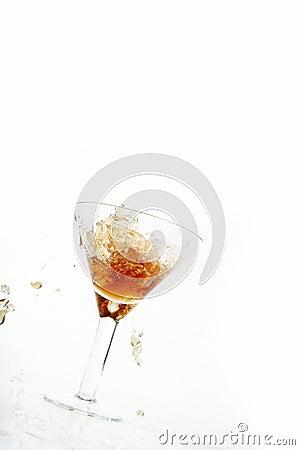 Vino che è versato in un vetro di vino