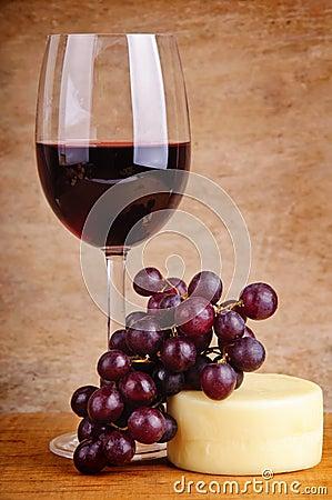 Vino rosso, uva e formaggio