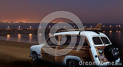 Vintage Ford Woodie la nuit
