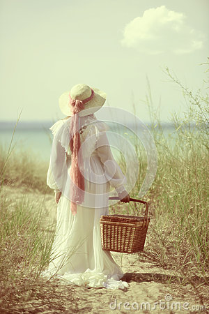 Free Vintage Woman At The Beach With Picnic Basket Stock Photography - 42682762