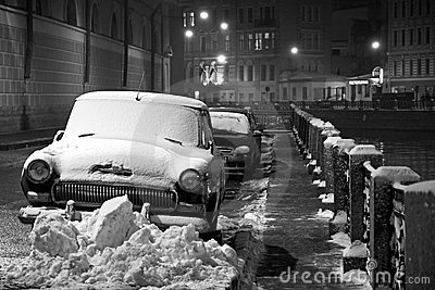 Vinter i St Petersburg: bilar under snow, natt