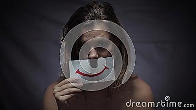 Violência doméstica, mulher triste em depressão com medo de falar sobre problemas familiares e coloca a imagem do sorriso em seu  video estoque