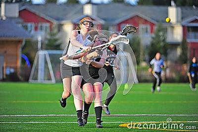 Violación del espacio del shooting del lacrosse de las muchachas Fotografía editorial