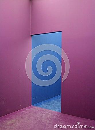 Violeta e claro - parede azul