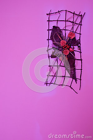 Violette Wanddekoration