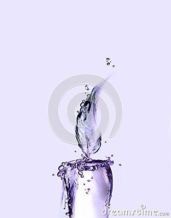 Violette Wasser-Kerze