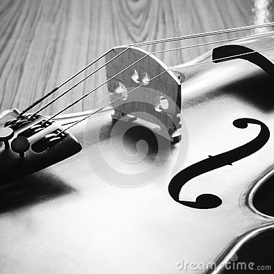 violon sur le style noir et blanc de ton de couleur de fond en bois photo stock image 57939848. Black Bedroom Furniture Sets. Home Design Ideas