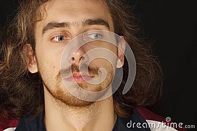 Visage effrayé de jeune homme adulte avec le cheveu désordonné
