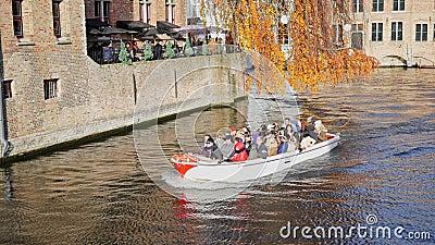 Visita en barco entre casas en el canal de las brujas Bélgica almacen de metraje de vídeo