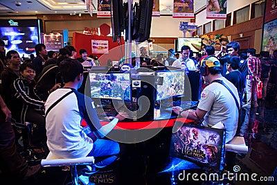 Visiteurs jouant des jeux vidéo à l exposition 2013 de jeu d Indo Photo stock éditorial
