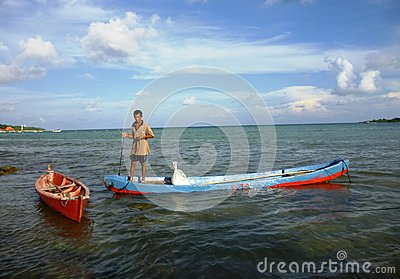 Visser die een sampanboot roeien Redactionele Foto