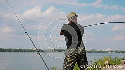 Visser die staaf in een rivier werpen stock footage