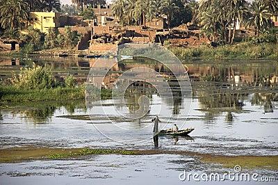 Echt in egypte, twee mensen die een net giet in de rivier die van nijl