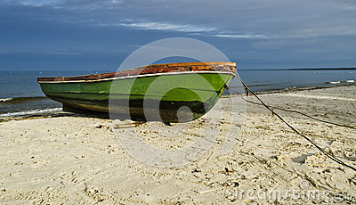 Vissersboot op zandig strand, Letland, Europa