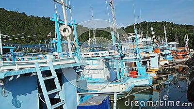 Vissersboten in Klap Saphan, Thailand worden vastgelegd dat stock footage