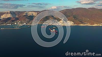 Vista aérea, buques durante la carga y descarga en puerto de comercio marítimo metrajes