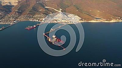 Vista aérea, buques durante la carga y descarga en puerto de comercio marítimo almacen de metraje de vídeo