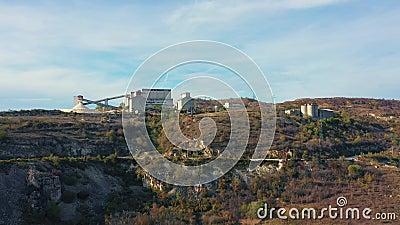 Vista aérea da entrega de minérios no carrinho vídeos de arquivo