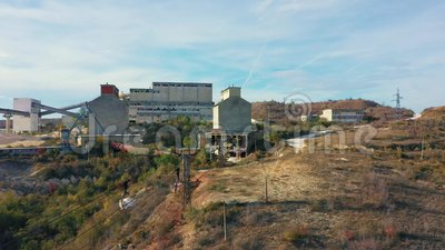 Vista aérea da entrega de minérios no carrinho filme