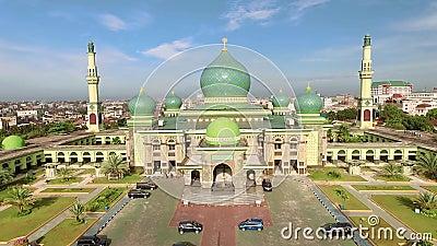 Vista aérea da grande mesquita de An-Nur na cidade de Pekanbaru, Sumatra, Indonésia filme